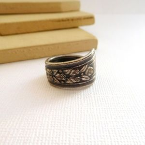 Vintage Wm A. Rogers Oneida Silver Victorian Ring